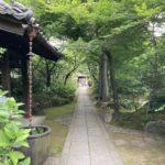 散歩の途中、緑のお寺へ